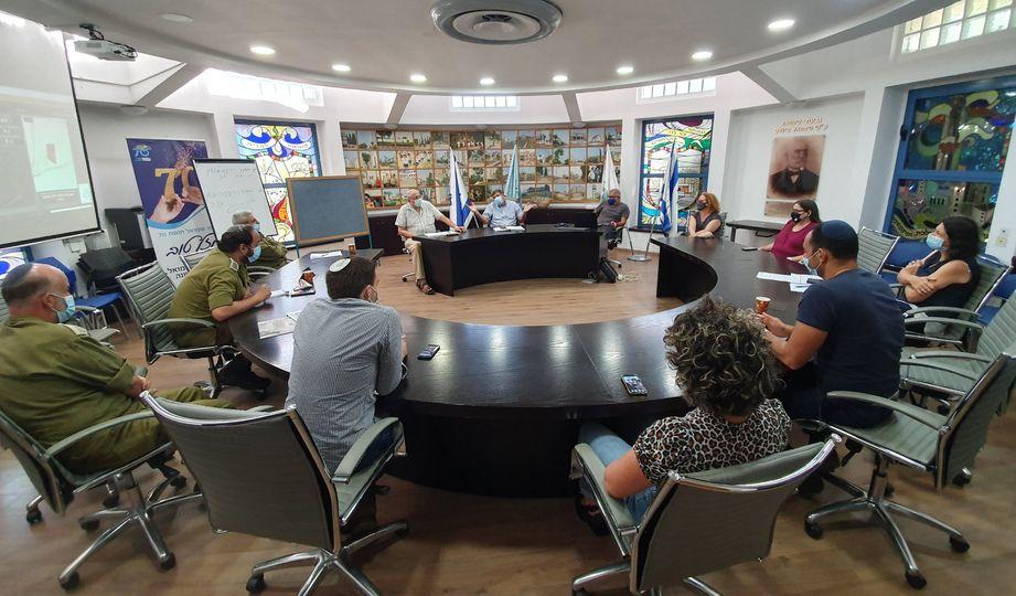 ישיבת עיריית גבאת שמואל - ציבור עם מסכות